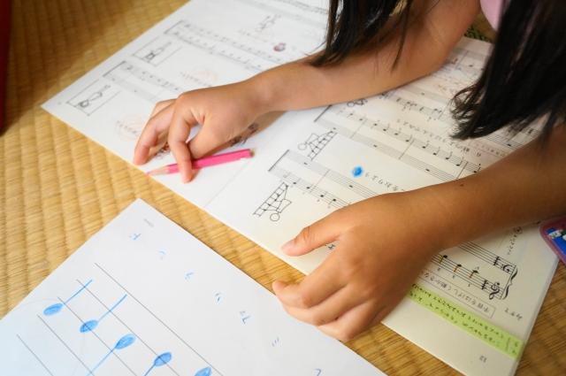 楽譜を読んで勉強している女の子