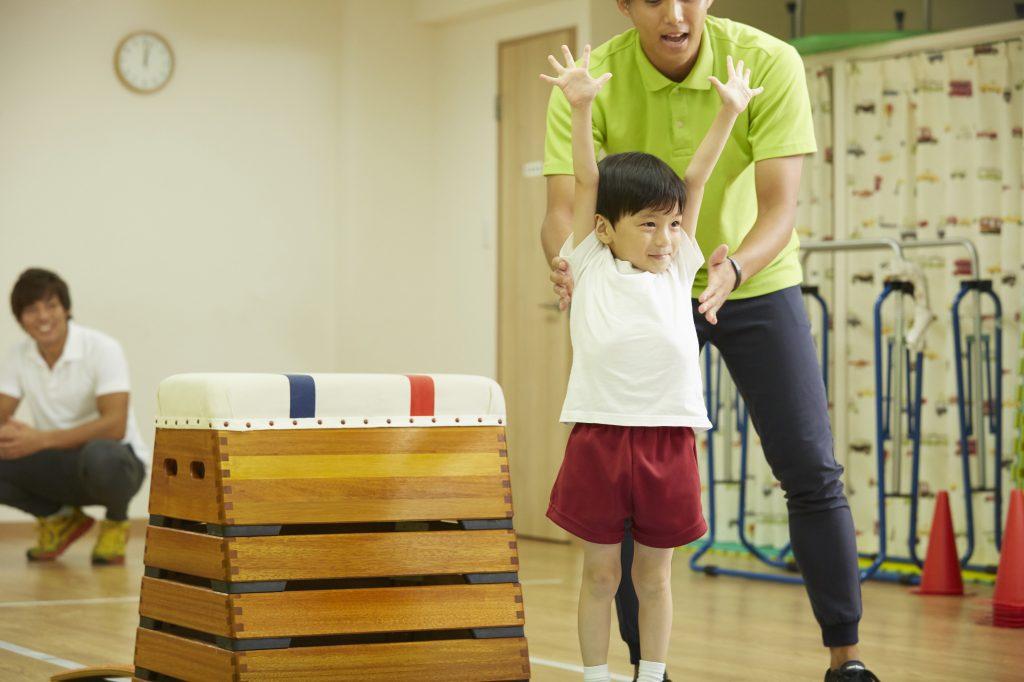跳び箱を飛ぶ男の子