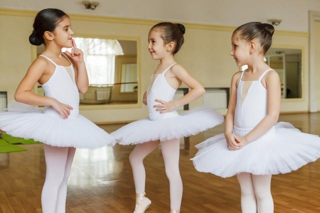バレエの練習をしている女の子