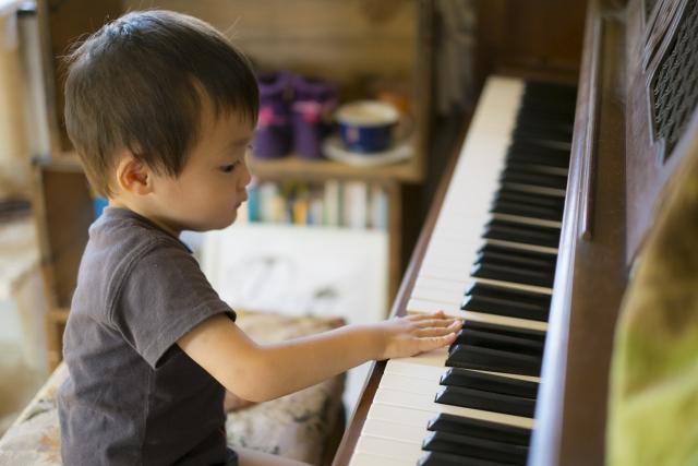 ピアノに興味津々な幼児