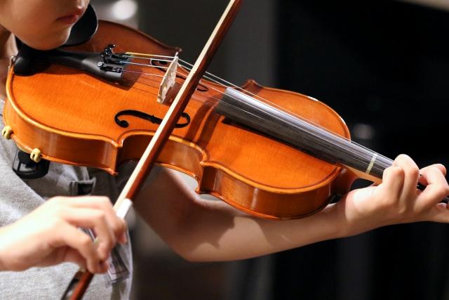 バイオリンを弾く子供
