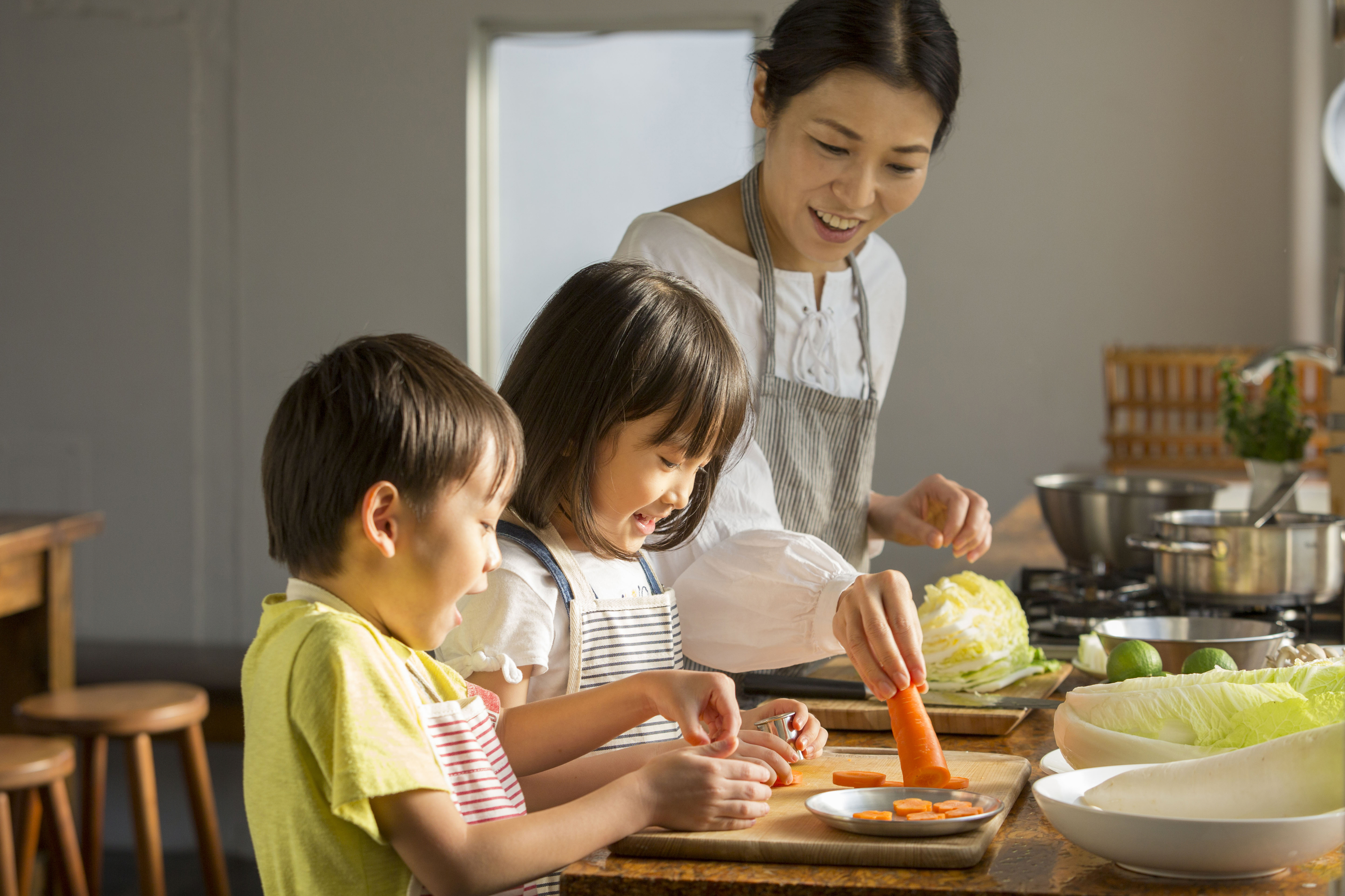 料理を手伝ってる子供たち