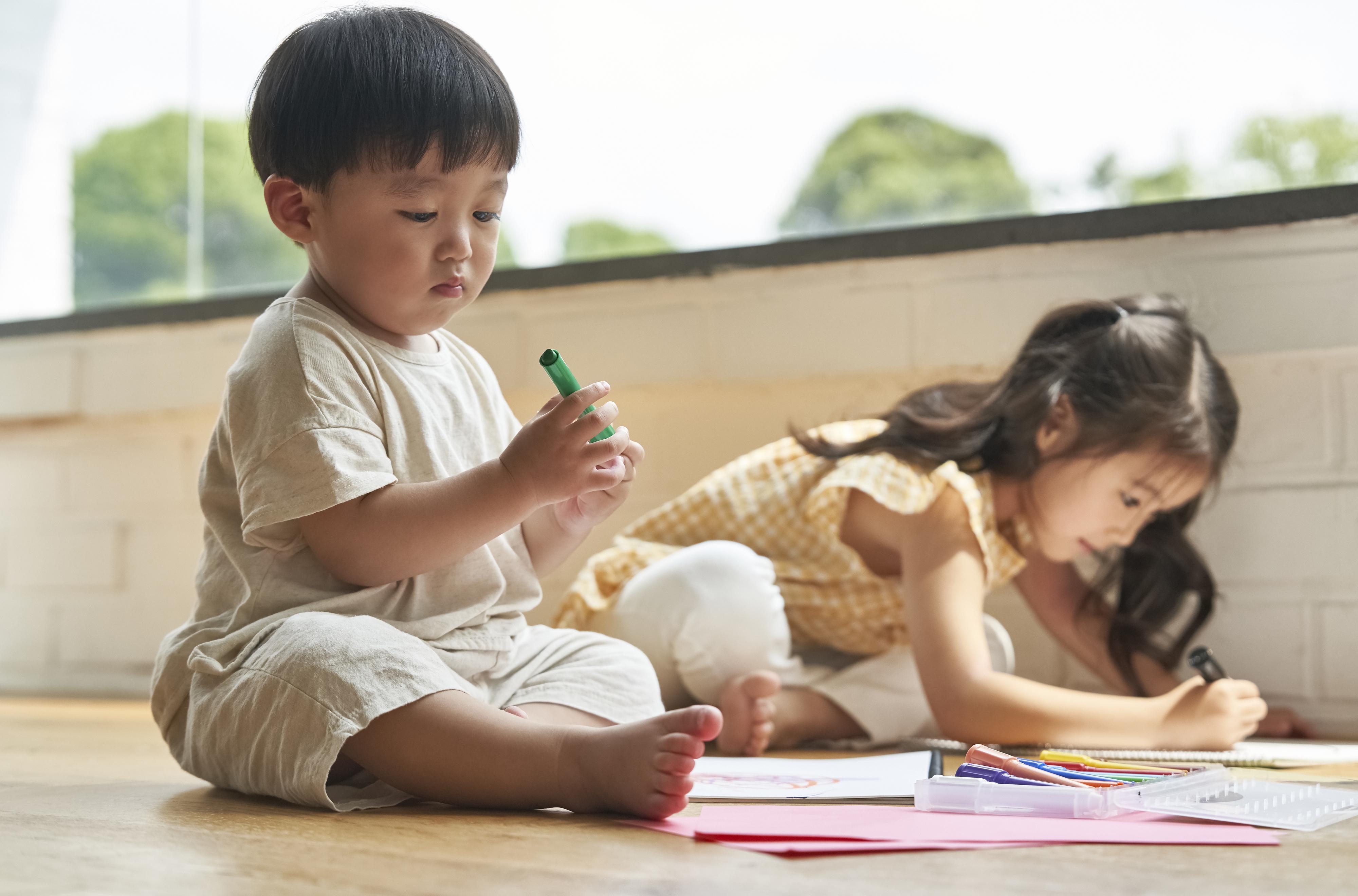 お絵描きする子どもたち
