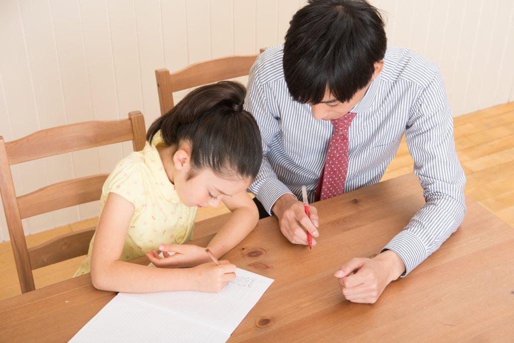 家庭教師に教わる女の子