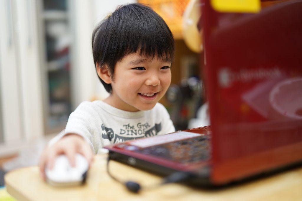 パソコンに夢中になる子ども生徒