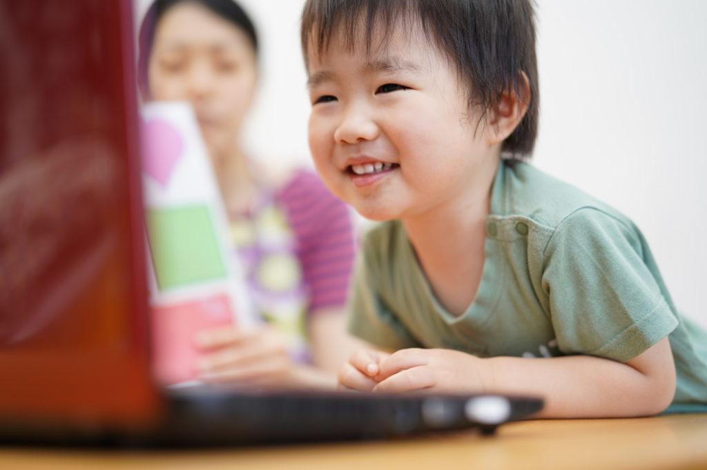 パソコンを覗き込んでる親子