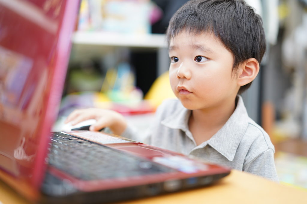 ノートパソコンを操作する子供
