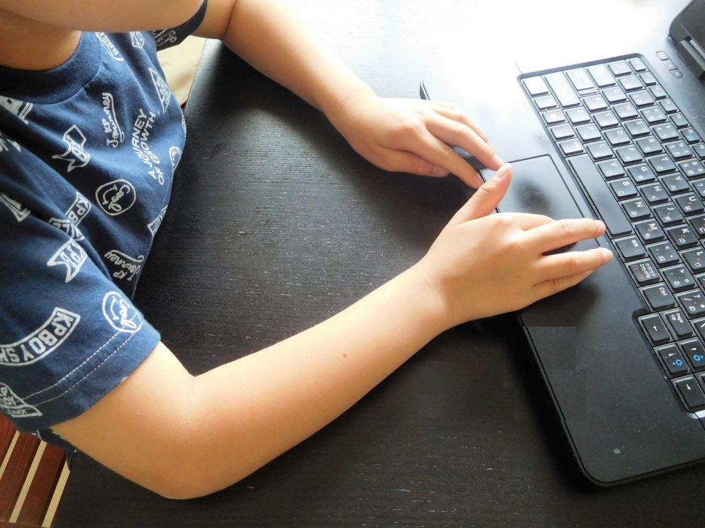 プログラミングしている子供